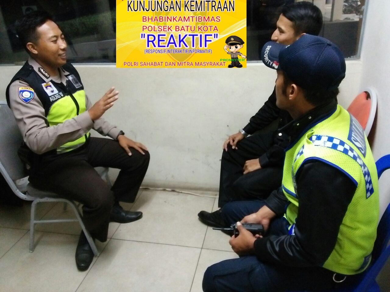Menjaga Sinergitas, Anggota Polsek Batu Polres Batu Giatkan Patroli Tatap Muka Dengan Satpam