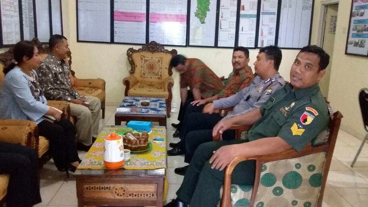 Patroli Sambang, Anggota Binmas Polsek Bumiaji Polres Batu Tatap Muka Bersama Tiga Pilar Untuk Menjaga Kamtibmas Aman Kondusif