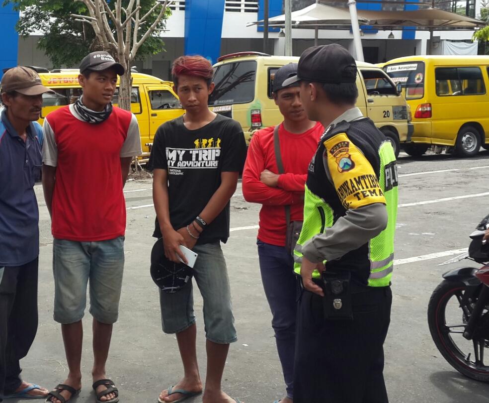 Anggota Binmas Polsek Batu Polres Batu DDS Kunjungi Warga Berikan Rasa Aman