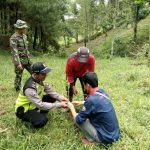 Anggota Bhabinkamtibmas Polsek Junrejo Polres Batu Giat Penghijauan di dusun Delik desa Madiredo