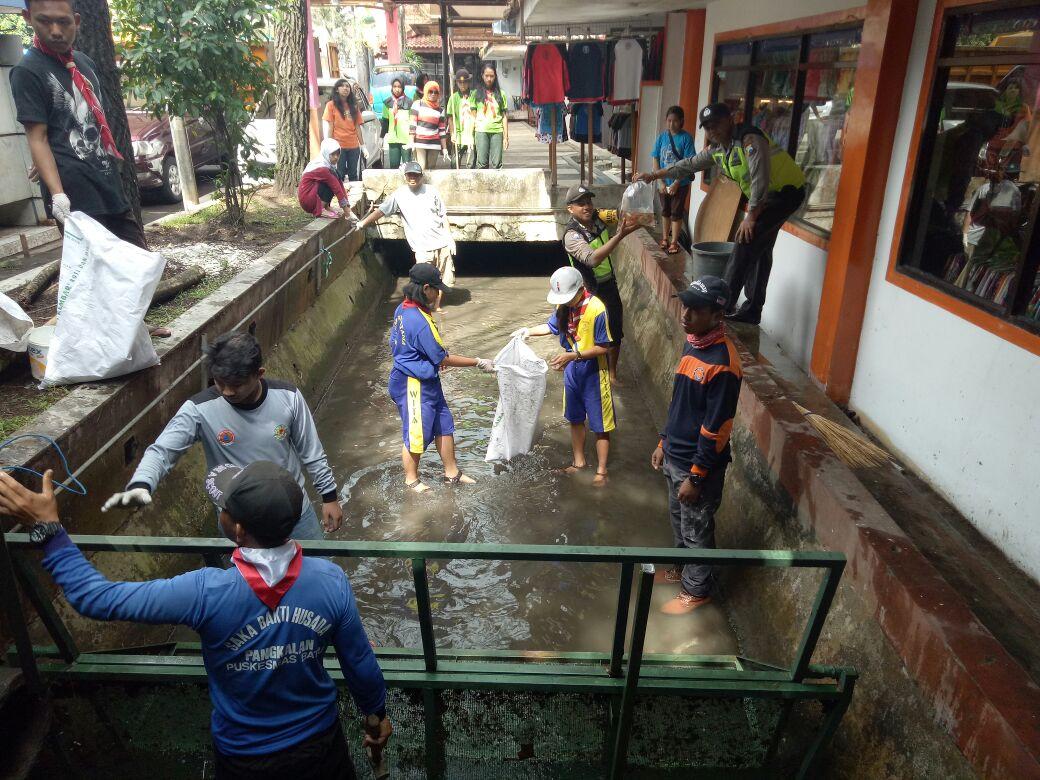 Kerja Bakti Bersama Binmas Polsek Batu Kota Polres Batu