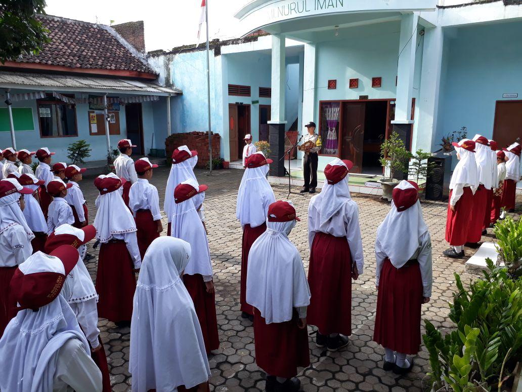 Bhabin desa Pendem Polsek junrejo Polres Batu menjadi Inspektur Upacara di sekolah.