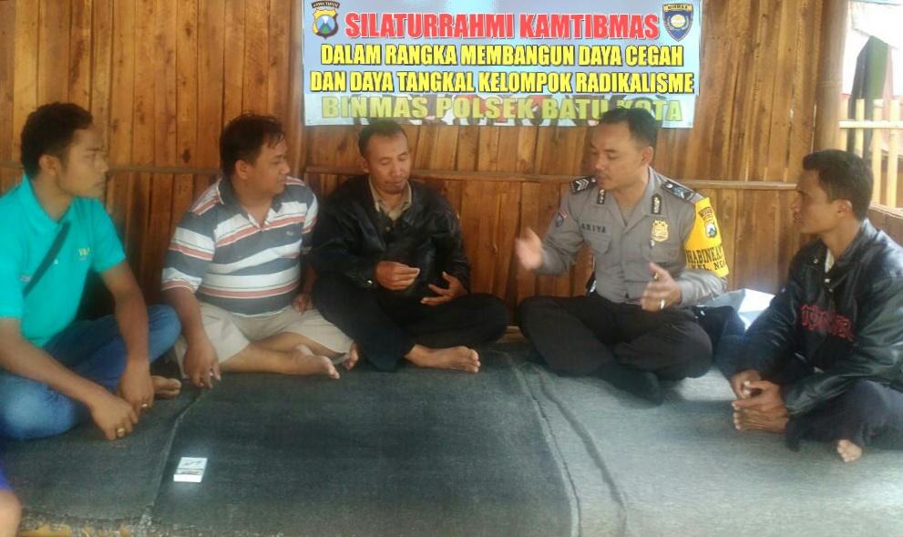 Giat Patroli Sambang, Anggota Polsek Batu Polres Batu Giatkan Sambang Berikan Binluh Bahaya Paham Radikalisme