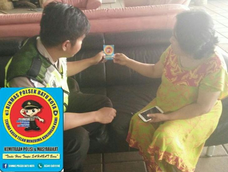 Berikan Kartu Himbauan Kamtibmas Anggota Bhabinkamtibmas Polsek Batu Polres Batu Giatkan Kunjungan Kemitraan Tempat Usaha Untuk Menjalin Sinergitas