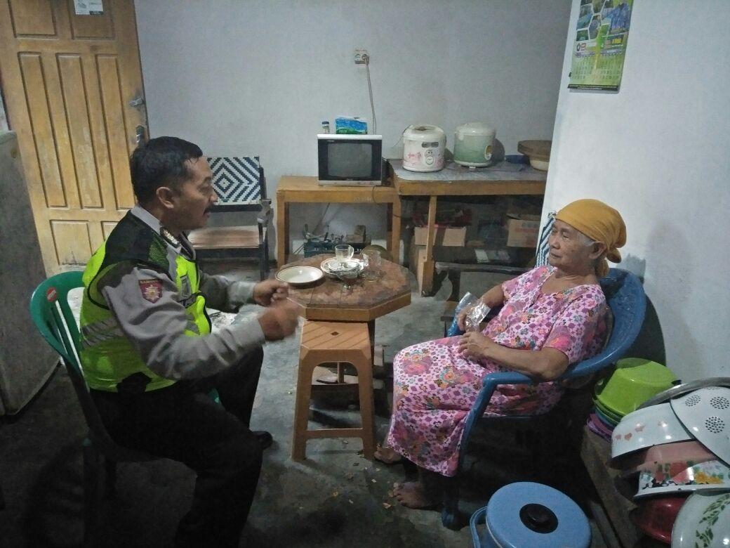 Kanit Sabhara Polsek Kasembon Polres Batu melaksanakan anjangsana kerumah ibu Worokawuri.
