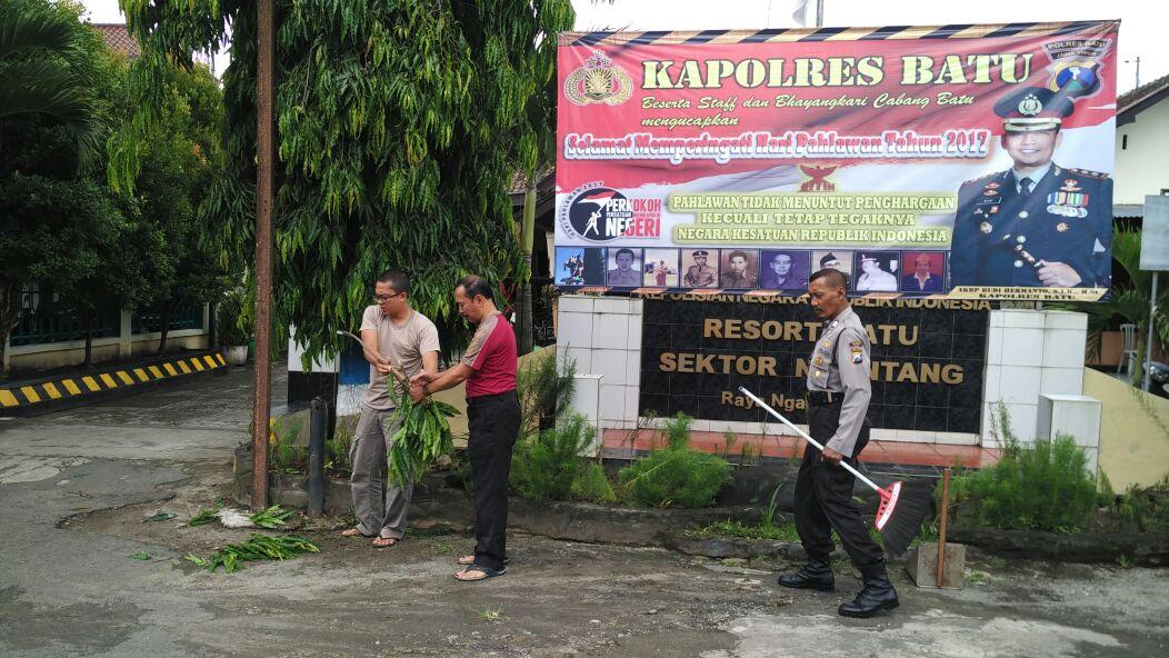 Menjaga Lingkungan Bersih Anggota Polsek Ngantang melaksanakan giat Bersih – bersih Mako dengan penuh Semangat