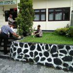 Dukung Kegiatan Jumat Bersih, Anggota Polsek Junrejo Polres Batu melaksanakan korve di lingkungan Mako.