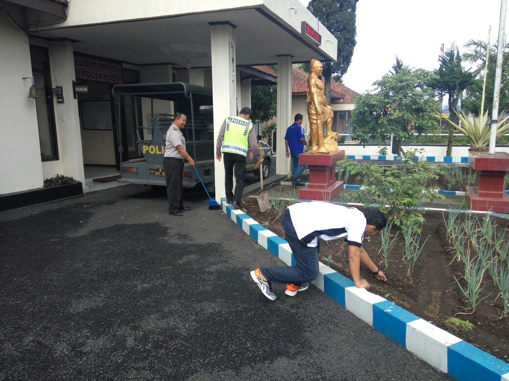 Polsek Pujon Polres Batu Laksanakan Korve Guna Jaga Kebersihan Mako Polsek Pujon