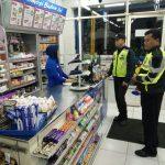 Anggota Jaga Polsek Bumiaji Polres Batu melaksanakan patroli di malam hari antisipasi kriminalitas