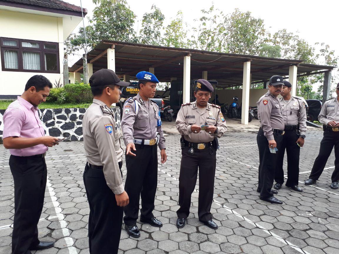 Guna tingkatkan disiplin anggota Polsek Junrejo Polres Batu laksanakan apel pagi dan pemeriksaan surat surat.