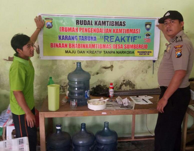 Rumah Pengendali Kamtibmas Bhabin Polsek Batu Polres Batu Melakukan Pemasangan Banner