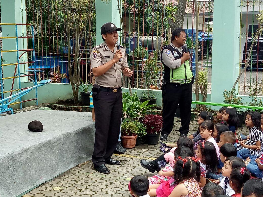 Bhabinkamtibmas Polsek Batu Kota Polres Batu Lakukan Tatap Muka Dengan Siswa TK Sang Timur Guna Sampaikan tupoksi Kepolisian