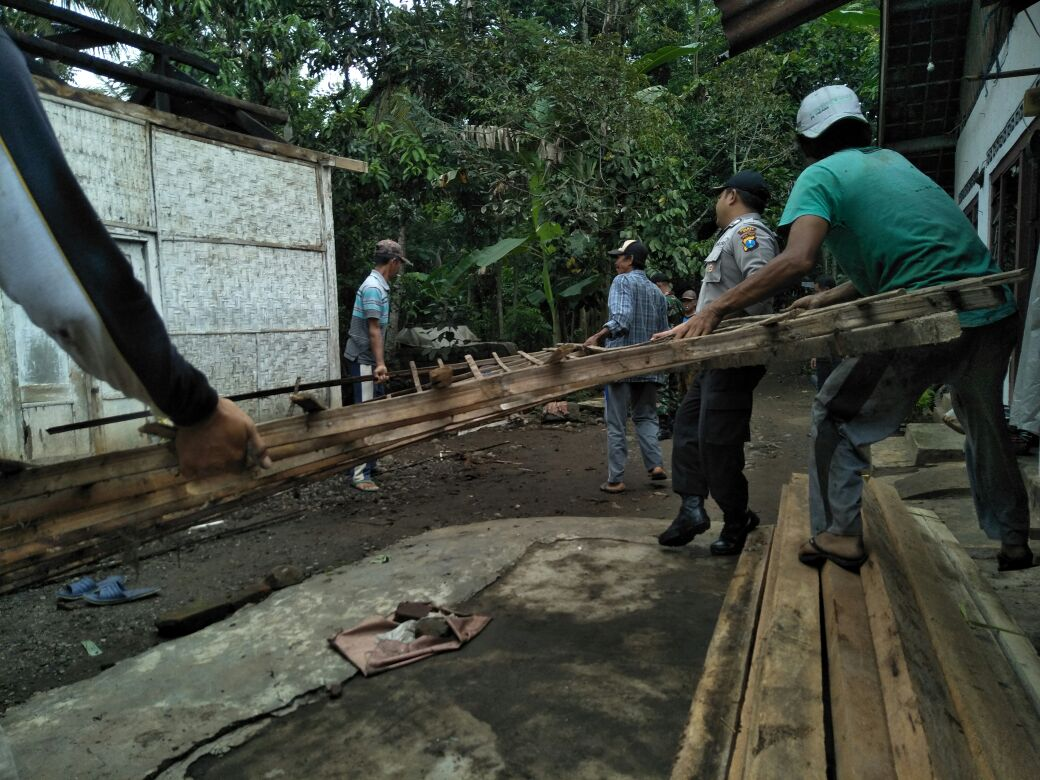 Bhabinkamtibmas Polsek Kasembon Polres Batu beesama Babinsa Gotong Royong membantu bedah Rumah.