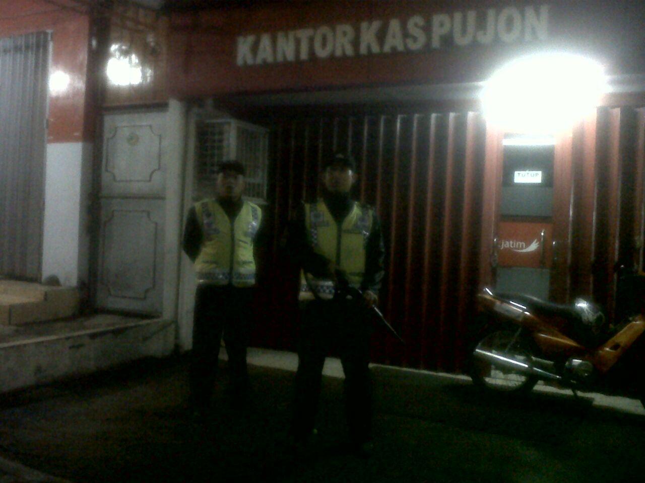 Anggota Polsek Pujon Polres Batu Patroli Tengah Malam Ciptakan Situasi Aman