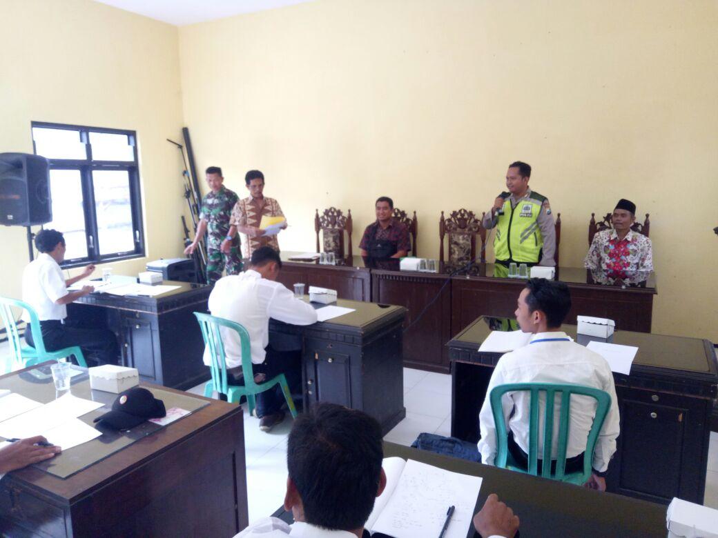 BinmasPolsek Kasembon Polres Batu hadiri undangan pelakasanaan Tes tulis peserta Calon Kepala Dusun.