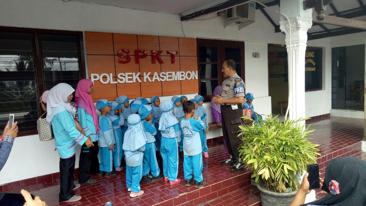 Anggota Polsek Kasembon Polres Batu menerima Kunjungan Siswa siswi TK RA Mintahun Nur
