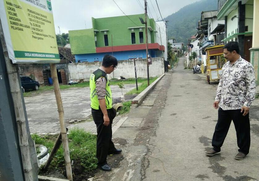Kawal Dana Desa Polsek Batu Kota Polres Batu Meninjau Pembangunan Drainase