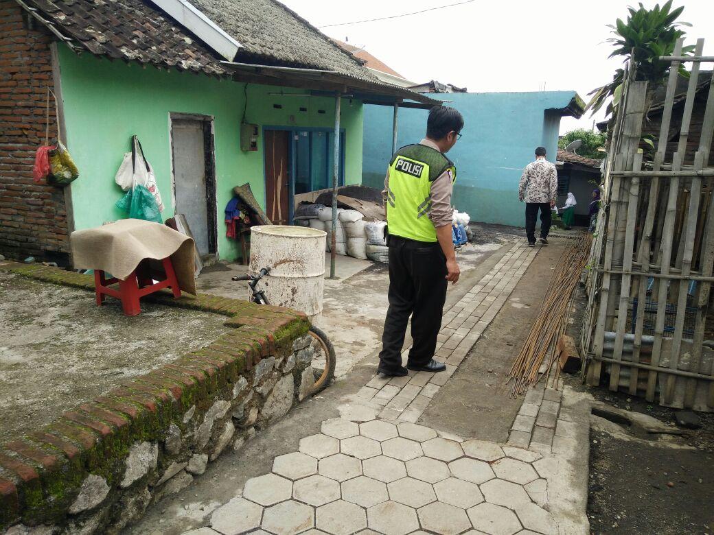 Kawal Dana Desa Bhabin Desa Pesanggrahan Polsek Batu Tinjau Proyek Pembangunan Jalan Paving