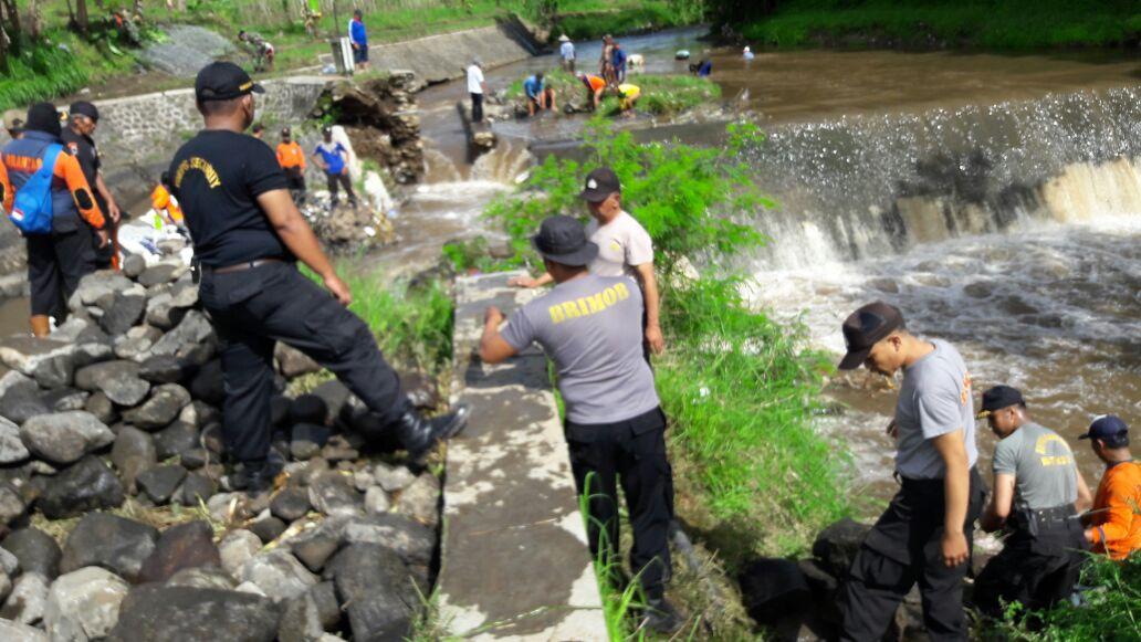 Polsek junrejo Polres Batu Mengadakan karya bhakti pemasangan bronjong dam gedang kluthuk antisipasi banjir.