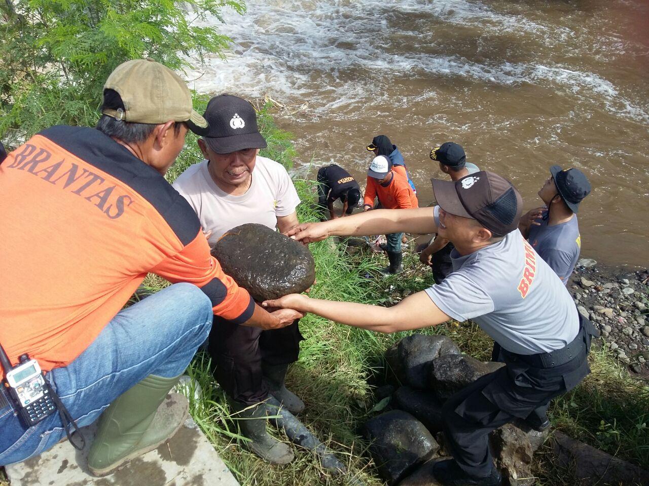 Polres Batu – Sektor Junrejo Anggota Polsek Junrejo Polres Batu Melaksanakan Karya Bhakti membantu warga terkena bencana alam
