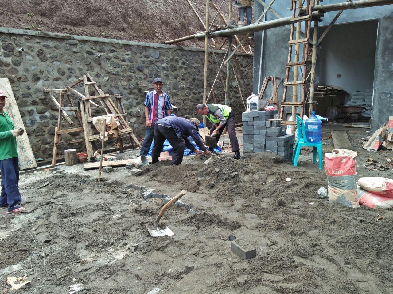 Bhabin Polse Ngantang Polres Batu Melaksanakan Kerja Bakti Pukesmas Desa Waturejo