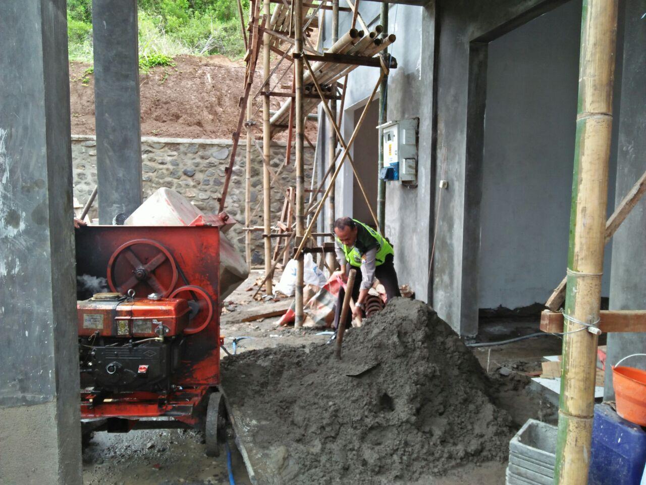 Bhabinkamtibmas Ngantang Polres Batu Desa Waturejo Kerja bakti Pembagunan Puskesmas diDesa Waturejo
