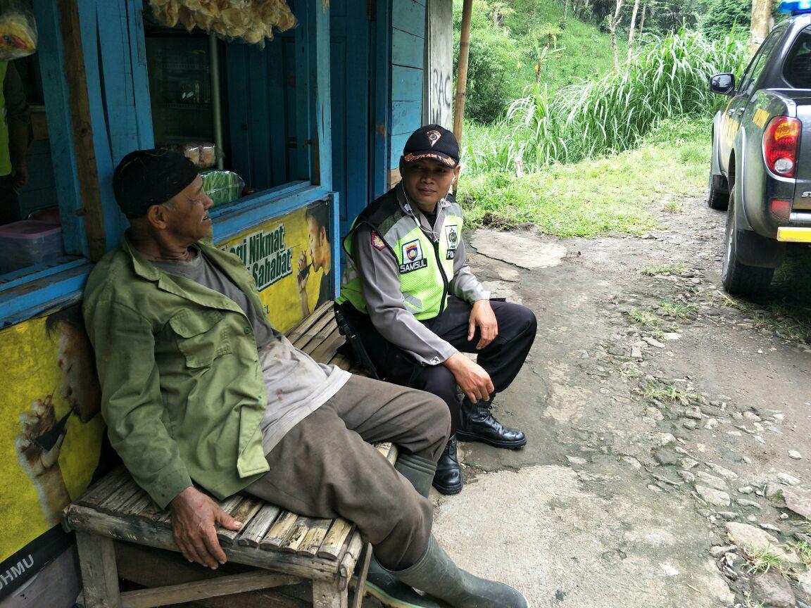Bhabinkamtibmas Polsek Ngantang Polres Batu Binluh Ke warga yang sedang mencari rumput