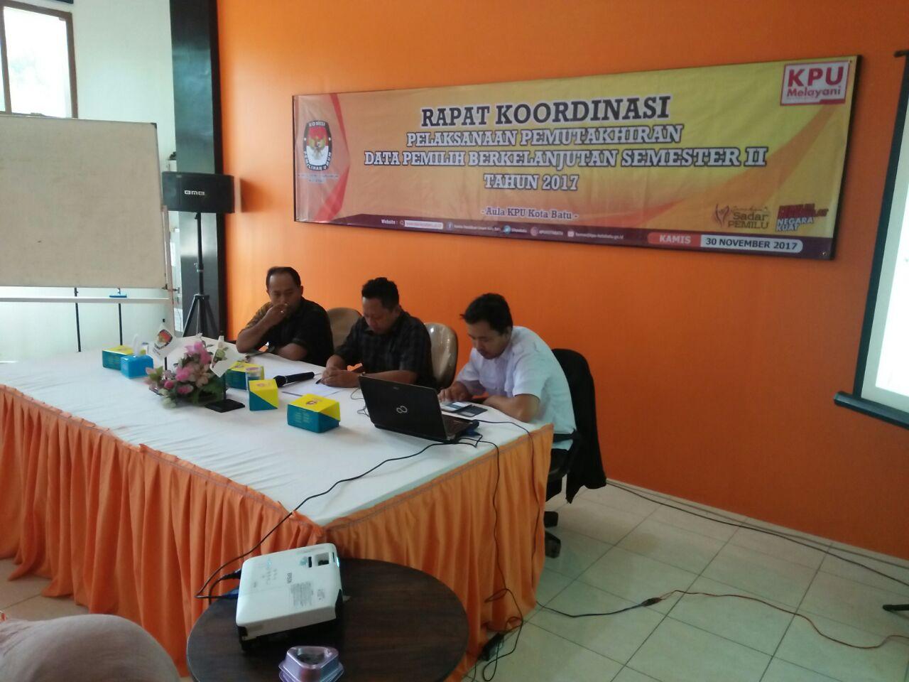 Polsek junrejo Polres Batu amankan pelaksanaan pemutakiran data pemilih berkelanjutan tahun 2017 di kantor KPUD Batu.