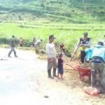 Bhabinkamtibmas Polres Batu Laksanakan Kerja Bhakti Bersama Warga Juga Sampaikan Kamtibmas