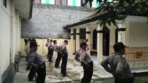 Polsek Ngantang Polres Batu Apel Pagi Di Lanjutkan Stretching Sebelum Melaksanakan Dinas