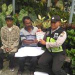 Anggota Bhabin Polsek Batu Batu Polres Batu Melaksanakan Kunjungan Guna Bagikan Brosur Informasi