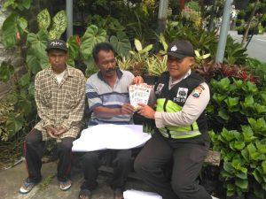 Anggota Bhabin Polsek Batu Polres Batu Giat Sambang DDS Bagikan Brosur Informatif