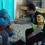 Anggota Bhabinkamtibmas Polsek Batu Kota Polres Batu Laksanakan Sambang Kamtibmas Bagikan Kartu Pintar Reaktif Untuk Warga