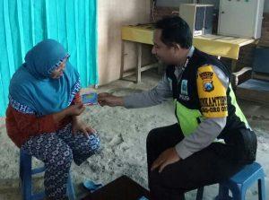 Anggota Bhabin Polsek Batu Polres Batu Sambang DDS Giatkan Bagikan Kartu Pintar Reaktif
