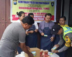 Anggota Bhabin Polsek Batu Polres Batu Melaksanakan Giat Sambang Memberikan Himbauan Kamtibmas Ke Home Industri Kue