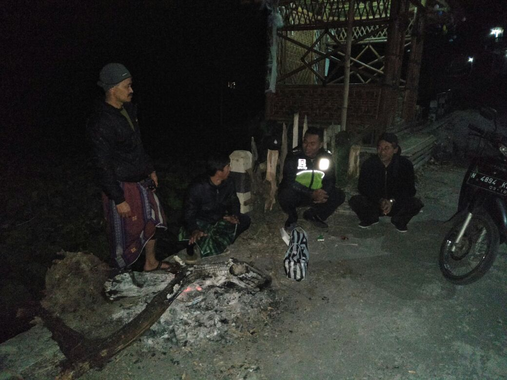 Anggota Bhabinkamtibmas Polsek Pujon Polres Batu Sambang Pos Kamling Di Desa Wiyurejo