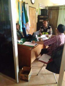 Anggota Bhabin Polsek Pujon Polres Batu Sambang DDS Perangkat Desa Binaan Berikan Himbauan Kamtibmas