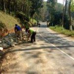 Anggota Polsek Kasembon Polres Batu Bantu Masyarakat Tepikan Material Batu Berikan Pelayanan Masyarakat