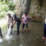 Dalam Berpeduli Ekosistem, Bhabin Polsek Batu Polres Batu Bersama Para Elemen Masyarakat Tebar Benih Ikan