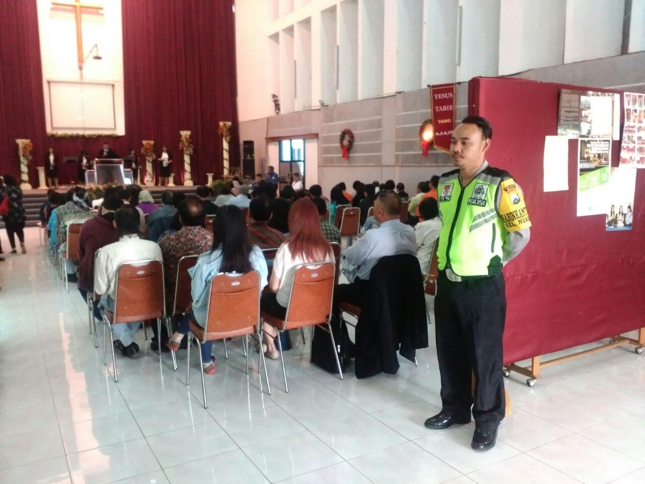 Anggota Bhabin Polsek Batu Kota Polres Batu Bantu Melakukan Giat Pengamanan Ibadah Di Gereja Guna Berikan Rasa Aman Saan Beribadah