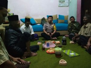 Anggota Bhabinkamtibmas Desa Pendem Polsek Junrejo Polres Batu Hadiri Dalam Pertemuan Rutin Bulanan Linmas