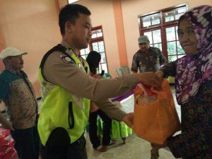 Anggota Bhabinkamtibmas Polsek Bumiaji Polres Batu Hadir Dalam Pengamanan Paket Sembako