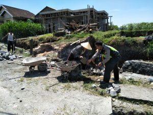 Bhabinkamtibmas Desa Wiyurejo Polsek Pujon Polres Batu Giat Kerja Bakti Bersama Warga Desa Binaan