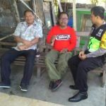 Anggota Bhabinkamtibmas Desa Temas Polsek Batu Polres Batu Berkunjung Ke Tokoh Masyarakat Tingkatkan Rasa Percaya