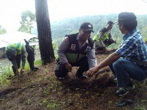 Anggota Bhabinkamtibmas Polsek Batu Polres Batu Giatkan Penghijauan Dengan Bhabinsa