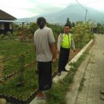 Bhabin Polsek Batu Kota Polres Batu Patroli Sambangi Tinjau Proyek Plengsengan Jalan Paving Di Desa Binaan