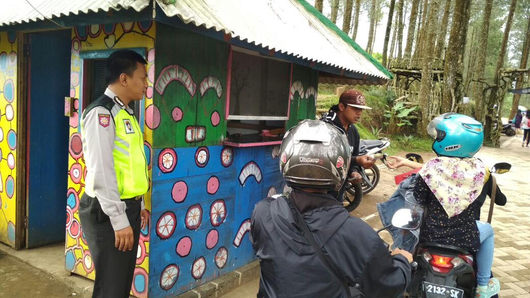 Anggota Bhabinkamtibmas Desa Bumiaji Polsek Bumiaji Polres Batu Patroli Wisata Berikan Himbauan Kamtibmas Untuk Wisatawan