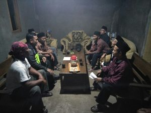 Anggota Bhabinkamtibmas Polsek Pujon Polres Batu Giatkan Cangkrukan Bersama Warga