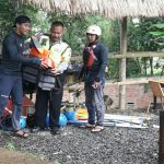 Anggota Bhabinkamtibmas Polsek Junrejo Polres Batu Sambang Dengan Wisatawan
