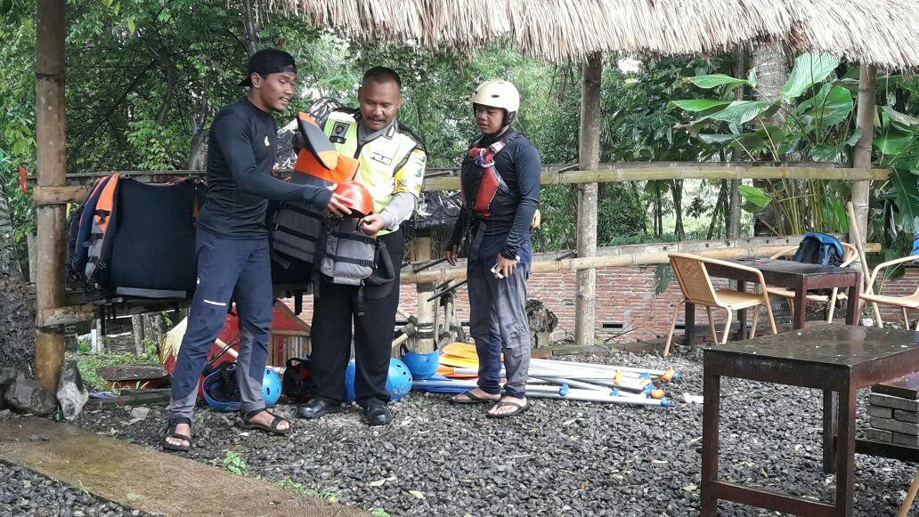 Anggota Bhabin Desa Mojorejo Polsek Junrejo Polres Batu Laksanakan Dialogis Kepada Pengunjung Wisata